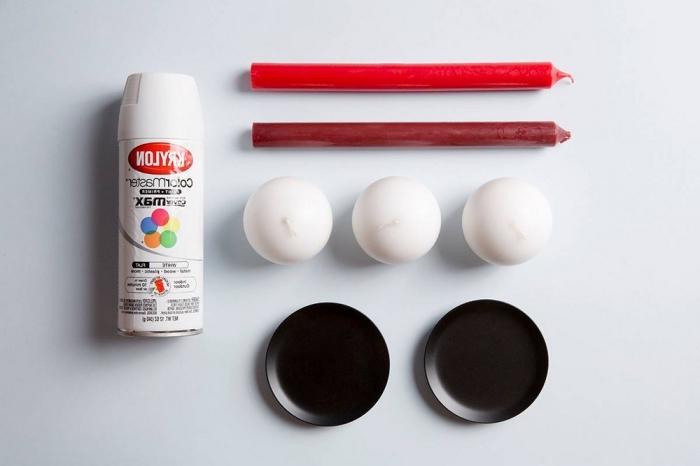 activité manuelle halloween, matériaux nécessaires pour faire bougies bloody avec bougies blanches et rouges et base plate noire