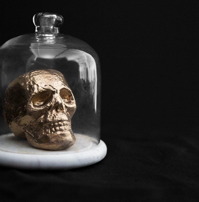 accessoire halloween, idée pour décorer l'intérieur avec crâne or et récipient en verre, activité manuelle pour Halloween avec figurine en polystyrène et peinture aérosol