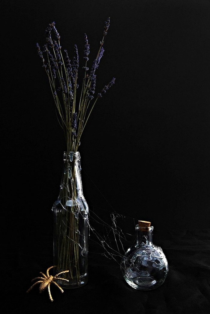 bricolage halloween, bouteille en verre avec brins de lavande séchées et petite bouteille avec bouchon de liège