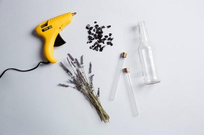 activité halloween, matériaux nécessaires pour le brico halloween avec pistolet à colle chaude et brins de lavande