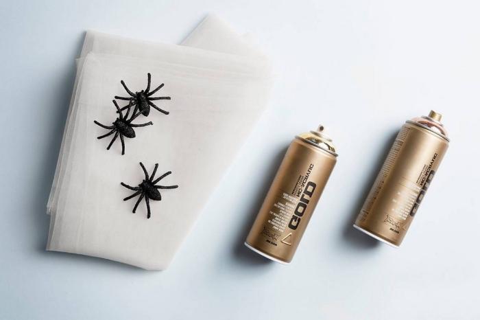 objet deco, tissu blanc pour faire toile d'araignée, araignée noires en caoutchouc et spray colorant en nuance or