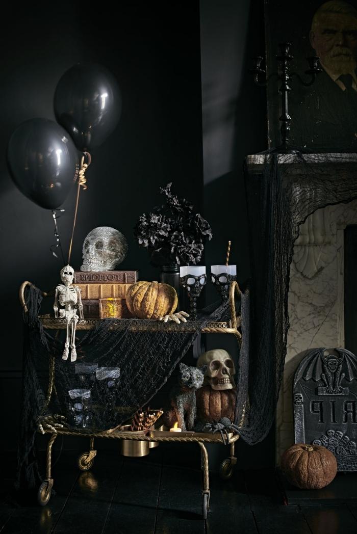 decorer sa maison, pièce aux murs noirs avec cheminée, objets décoratifs Halloween avec citrouille crâne et ballons noirs
