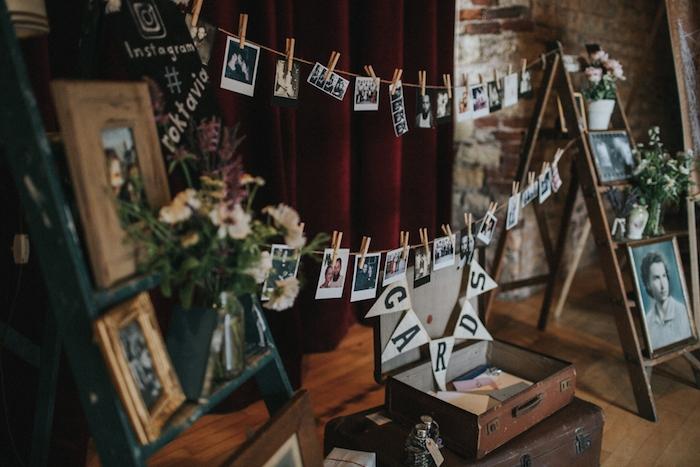 urne mariage champêtre en malles vintage, photos de familles sur des echelles decoratives vintage et suspendues à des fils par des pinces à linge, deco florale