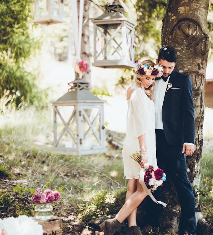 deco mariage champetre de reve, lanternes blanches vintage décorées de fleurs, cagettes en bois, robe champetre blanche simple, couronne de fleurs fraiches