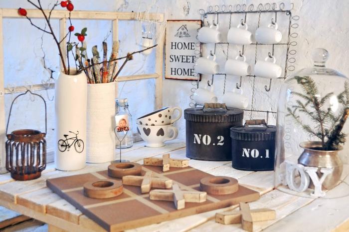 amenagement cuisine, boîte noire avec poignées en bois, rangement tasses de café grille, vase longue en blanche