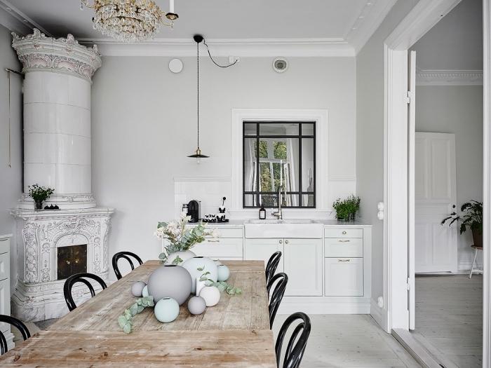 amenagement cuisine, meubles de cuisine blanc avec poignées dorées, lustre en or et cristaux
