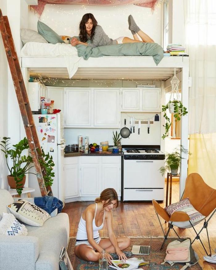 idée déco chambre adulte en deux niveaux, avec cuisine et tapis persan style vintage, fauteuil en cuir synthétique en couleur whisky