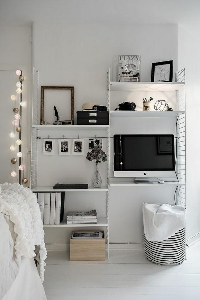 décoration chambre adulte en blanc, avec des ampoules lumineuses autour de la porte, étagères en blanc, grand lit et TV grand écran