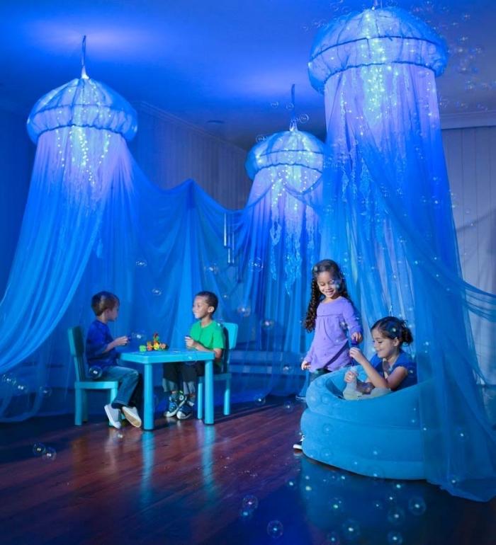 chambre reine des neiges, petite table et chaises en bleu clair, décoration en baldaquin et guirlandes lumineuses