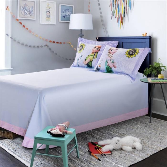aménagement chambre d'enfant d'inspiration Frozen, guirlandes décoratives en papier multicolore, tapis gris rectangulaire