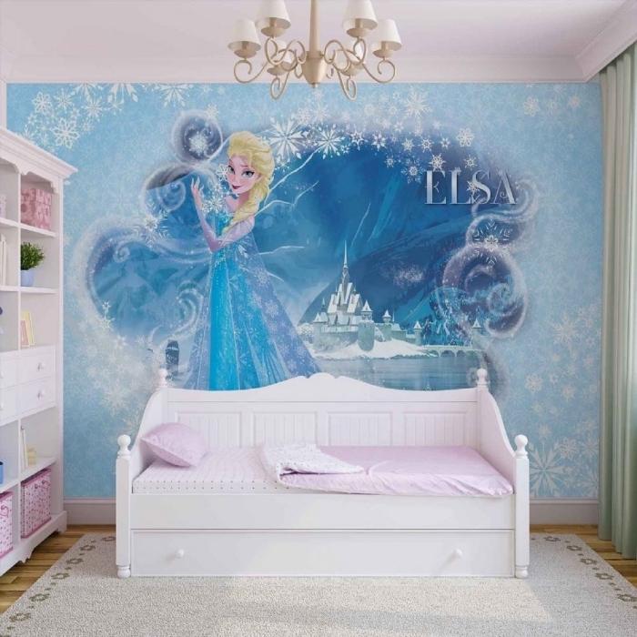 deco chambre fille, rideaux longs et vert, plafond blanc et plancher en bois, sticker mural à design Elsa