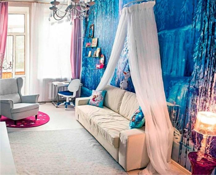 peinture interieur, grande fenêtre avec rideaux longs en rose, canapé beige à baldaquin, coussins décoratifs à design Elsa et Anna