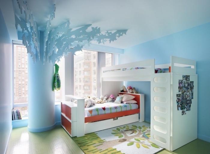 idee creation deco, chambre d'enfant aux murs bleu clair et plafond vert, couverture de lit en bleu clair avec tulipes