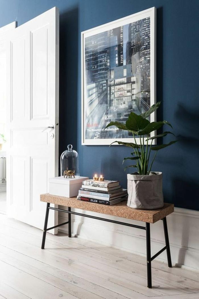 nuance de bleu couleur bleu gris dans une pièce avec une grande porte blanche avec grand tableau avec un paysage urbanistique