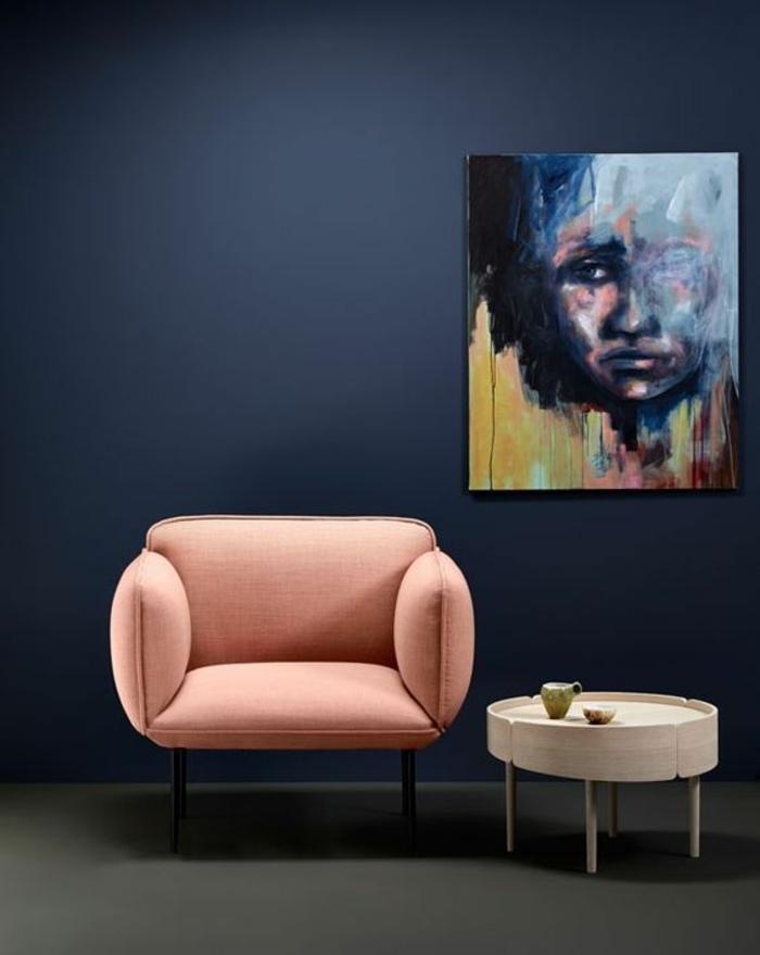 bleu cyan couleur bleu gris sur un mur avec meuble en rose poudré et table basse ronde en couleur blanc crème