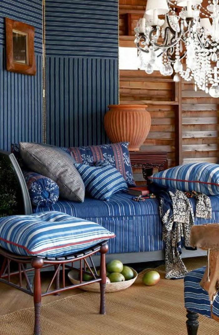 couleur bleu gris bleu cyan deco chambre adulte bleu en style baroque avec lustre en pampilles de crystal