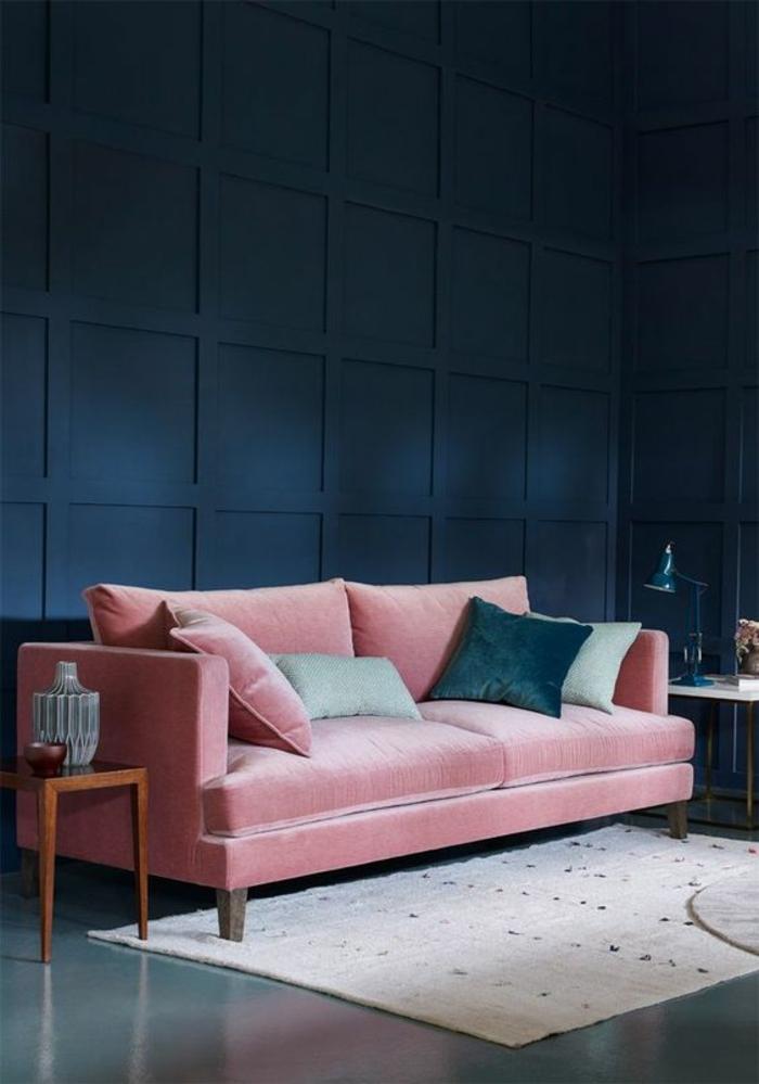 couleur bleu saphir deco salon bleu canard avec canapé en velours rose avec des coussins carrés en velours couleur bleu gris et rose poudré