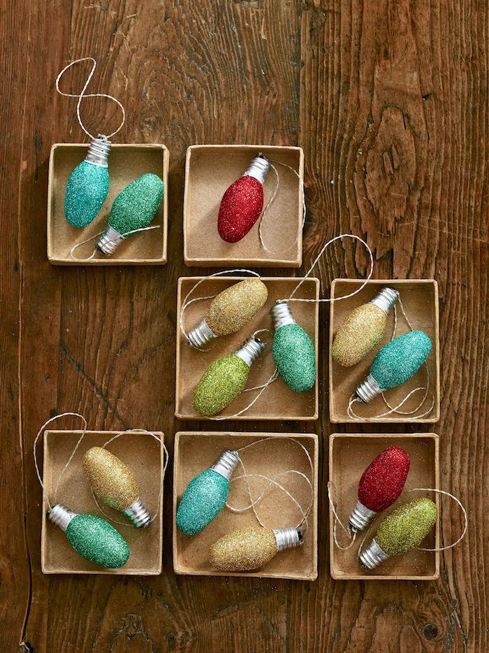recylcage ampoule électrique décorée de paillettes colorées, rouge, bleu, vert, or, décoration sapin de noel simple a faire soi meme, fabriquer une boule de noel