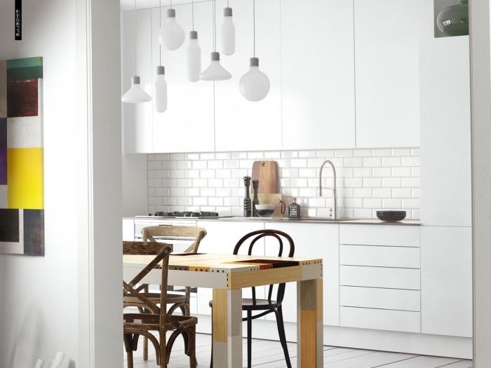 inspiration scandinave, aménagement de cuisine blanche avec meubles en bois et lampes suspendues en blanc