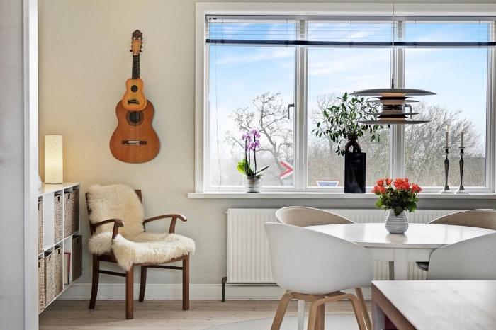 amenagement cuisine, murs beige et plancher en bois stratifié, meuble en bois peint blanc avec paniers en fibre végétale