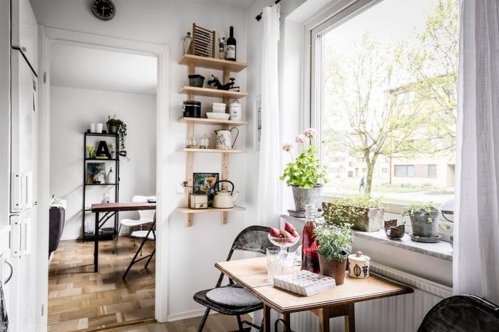 idée aménagement petite cuisine avec rangement vertical en bois clair, rideaux longs pour grande fenetre