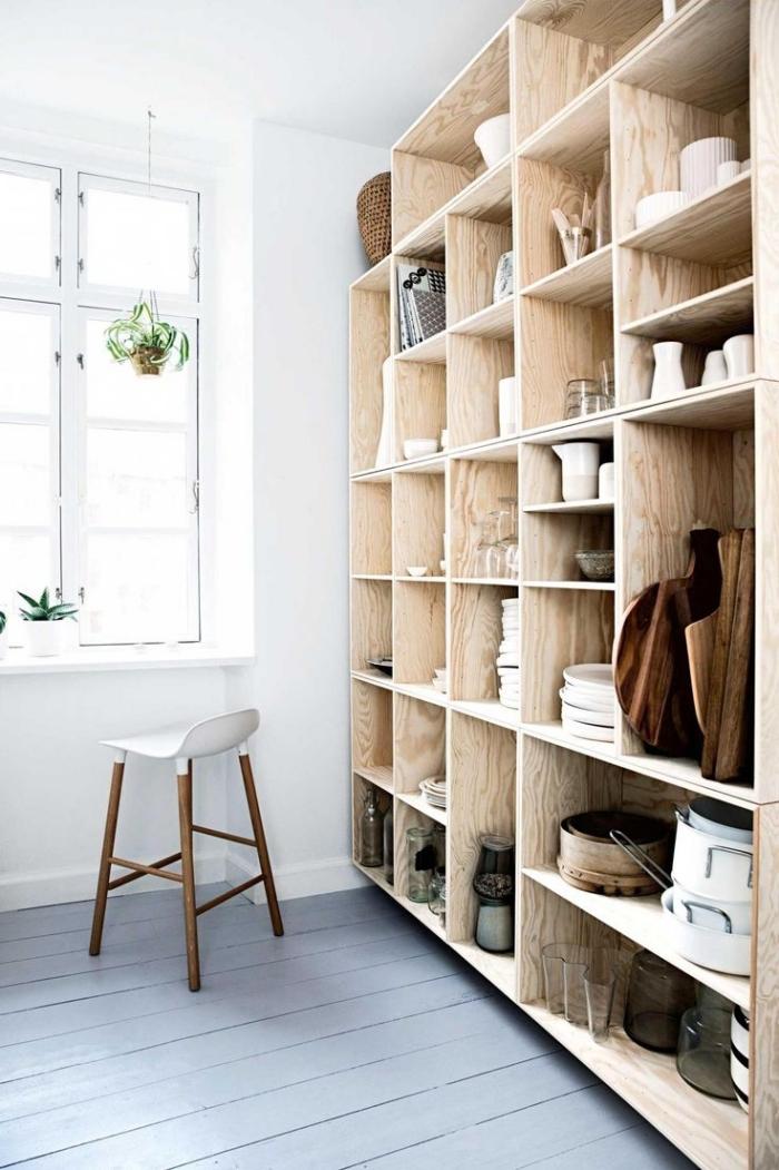 inspiration scandinave, coin de rangement de cuisine en bois, petite chaise avec siège blanche et pieds en bois