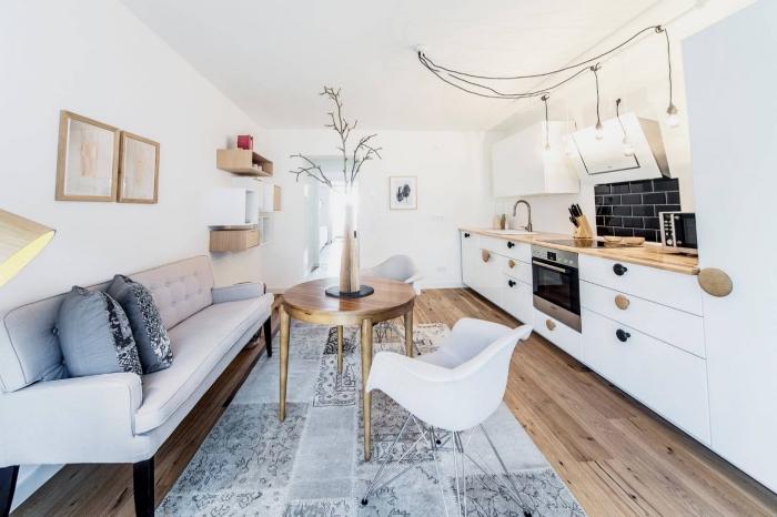 inspiration scandinave, revêtement de sol en bois stratifié avec tapis gris, meubles rangement verticale en bois clair