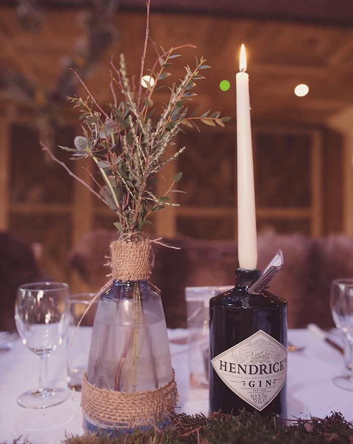 diy mariage, bouteille en plastique décorée de jute et ficelle, bougeoir avec bougie simple, nappe blanche, style champetre