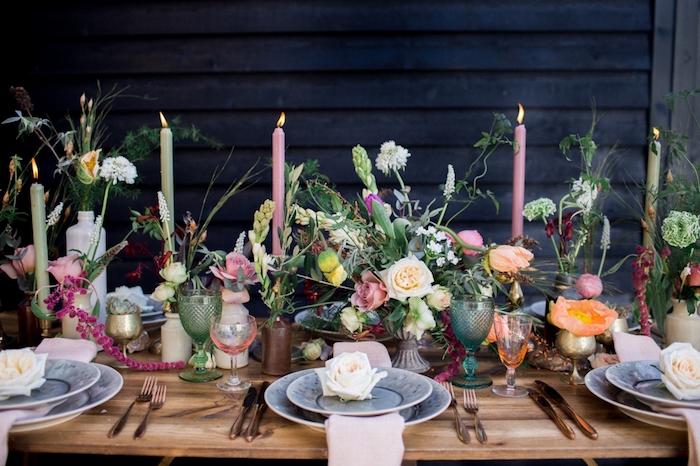 deco table mariage en bois rustique, assiettes bleu et blanc avec des roses dedans, bouquet champetre, bougeoirs dorés avec des bougies rose et verts