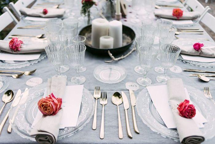 deco champetre, serviette gris clair décoré de rose, couverts argentés, verres simples et centre de table en bougies