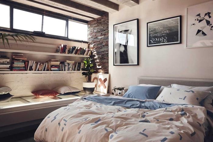 aménagement chambre adulte en style industriel aux murs blancs et plafond avec poutres, étagère murale en bois aux livres