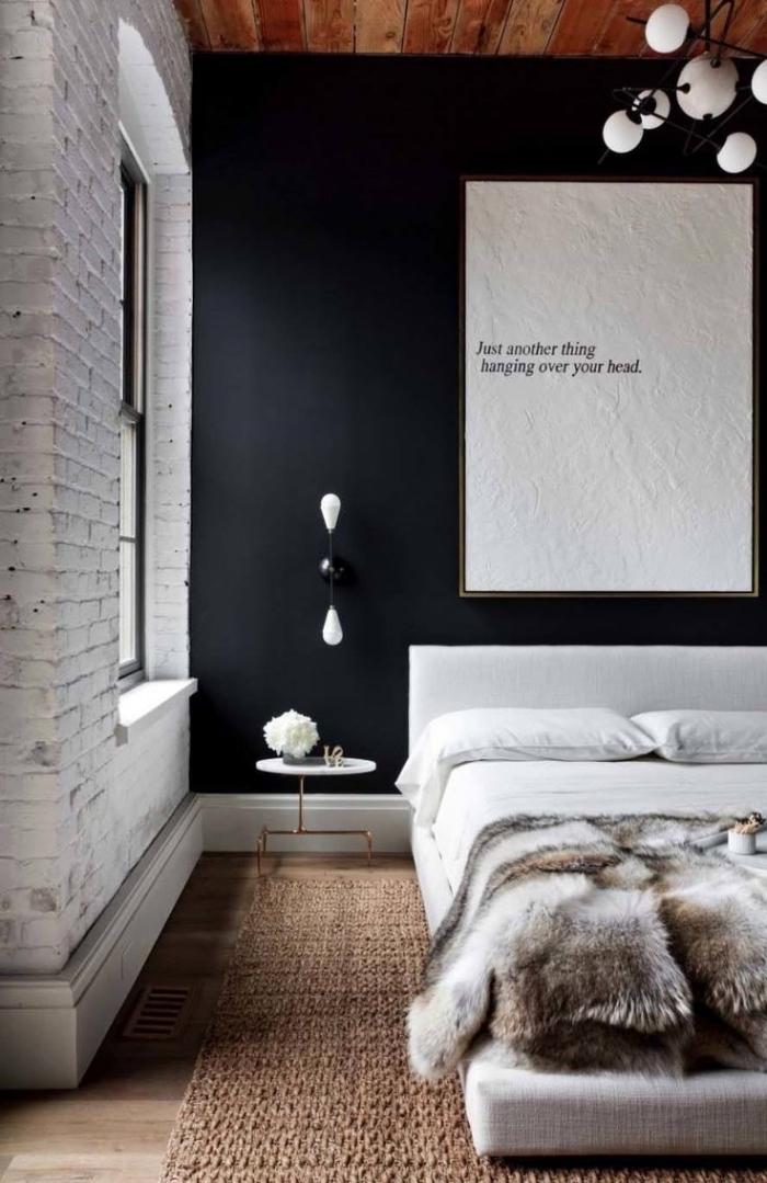 lampe industrielle, chambre à coucher aux murs en briques blanches et peinture noire avec plafond en bois