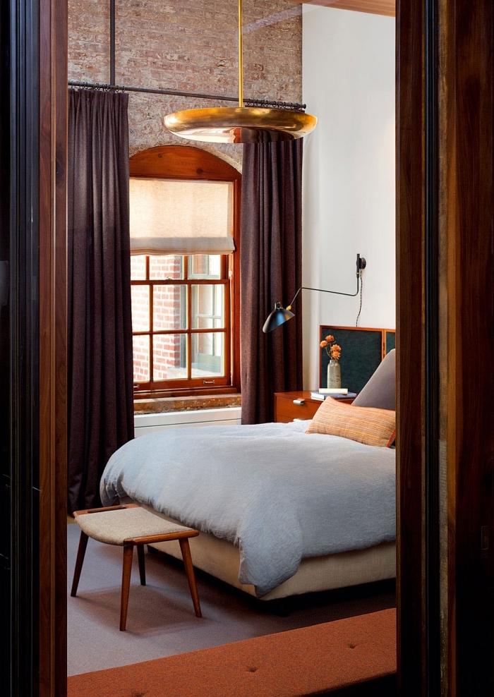 mobilier industriel, chambre loft avec meubles en bois, table de chevet en marron et lampe de chevet métallique