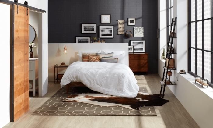 lampe industrielle, aménagement chambre à coucher avec grand lit et meubles en bois, peinture murale en gris et blanc