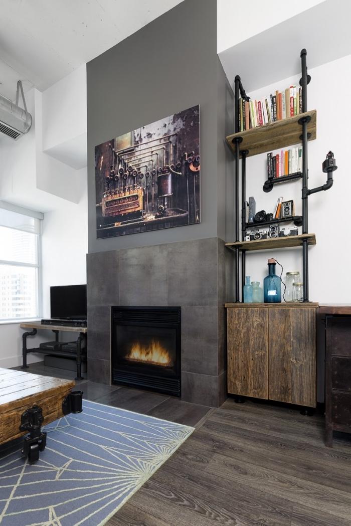 buffet industriel, peinture murale blanche avec mur en gris, étagère style industriel en bois et tuyaux apparents