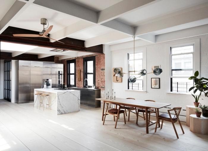 cuisine loft à design industriel, cuisine ouverte avec salle à manger intégrée aux murs et plafond blancs