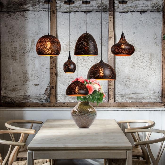 accessoires décoratifs en style industriel, modèles de lampes suspendues en noir et orange, table à manger en bois clair