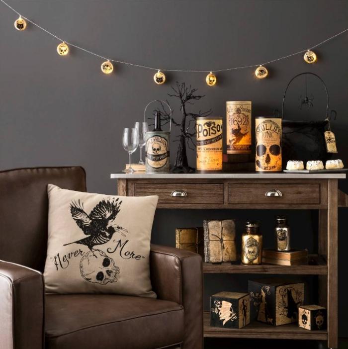 idee deco halloween, salon aux murs de nuance taupe avec meubles en bois foncé et fauteuil en cuir marron
