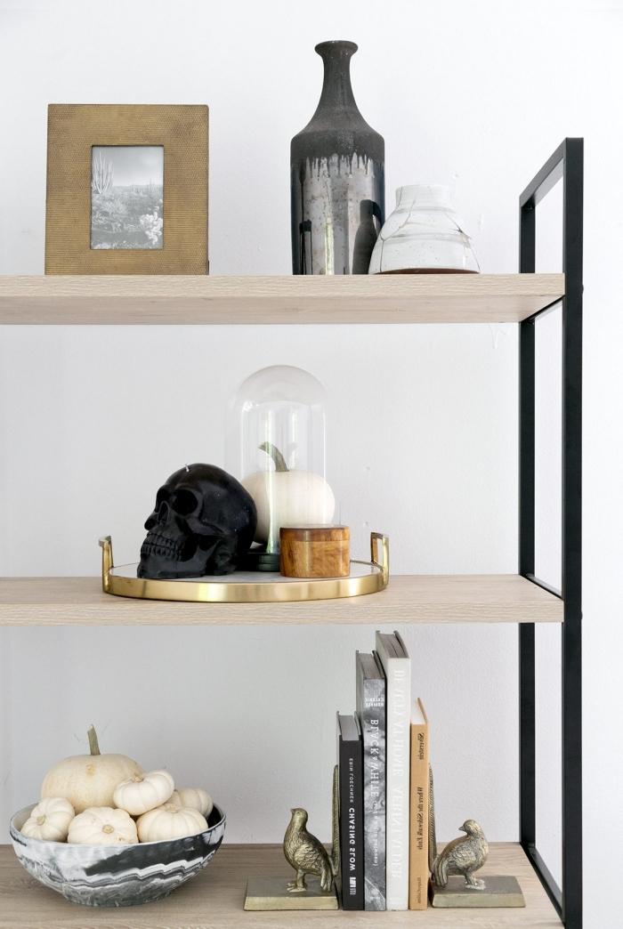 accessoire halloween, étagère muarle en bois et fer avec objets décoratifs en or et noir pour Halloween