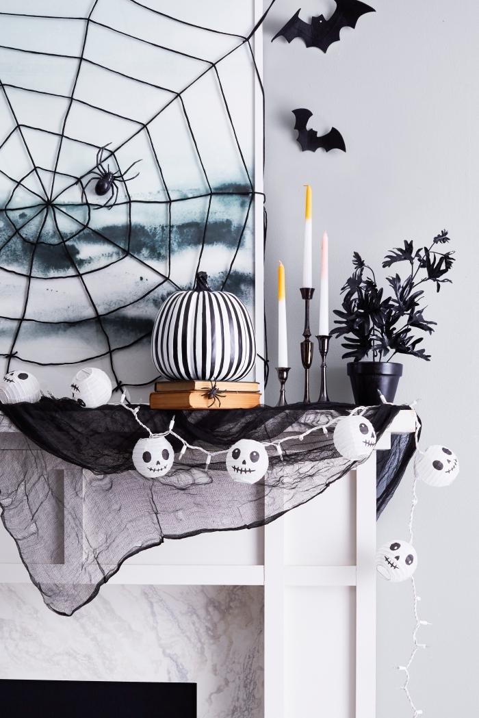chauve souris halloween, toile d'araignée décorative en fil noir sur mur blanc avec peinture aquarelle en bleu foncé