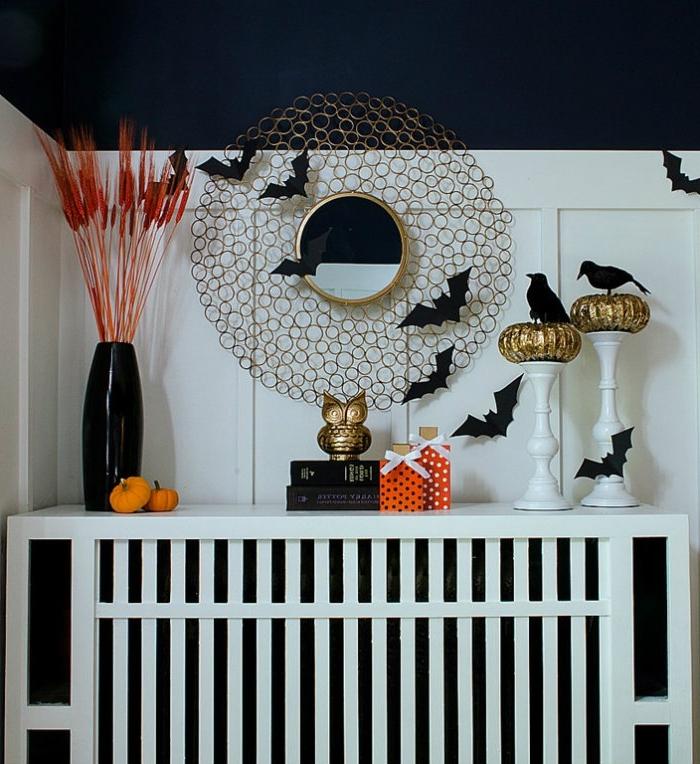 pièce aux murs bleu foncé avec revêtement en bois blanc, déco Halloween avec chauves-souris noirs en papier