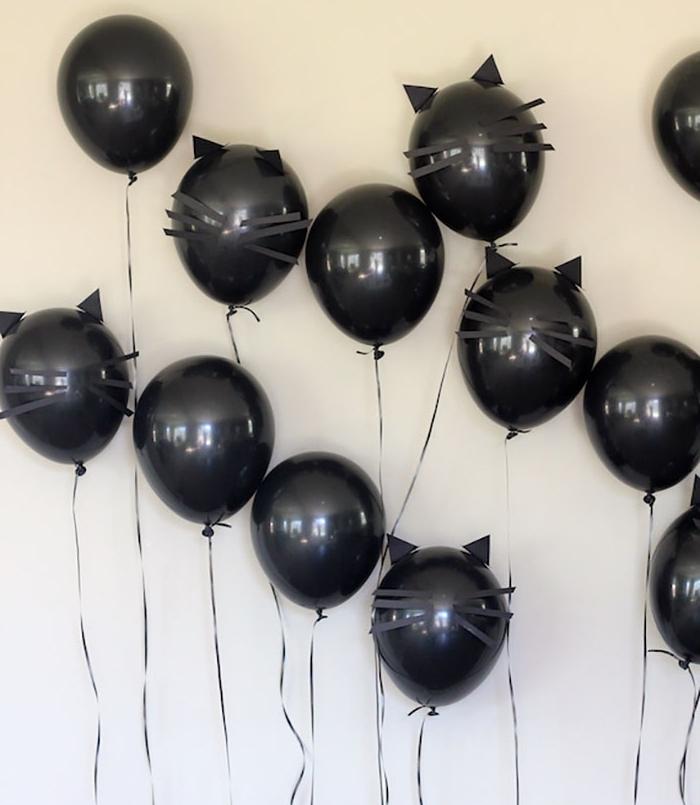 deco halloween, décoration intérieur aux murs blancs et ballons noirs pour Halloween à design chauves-souris noirs