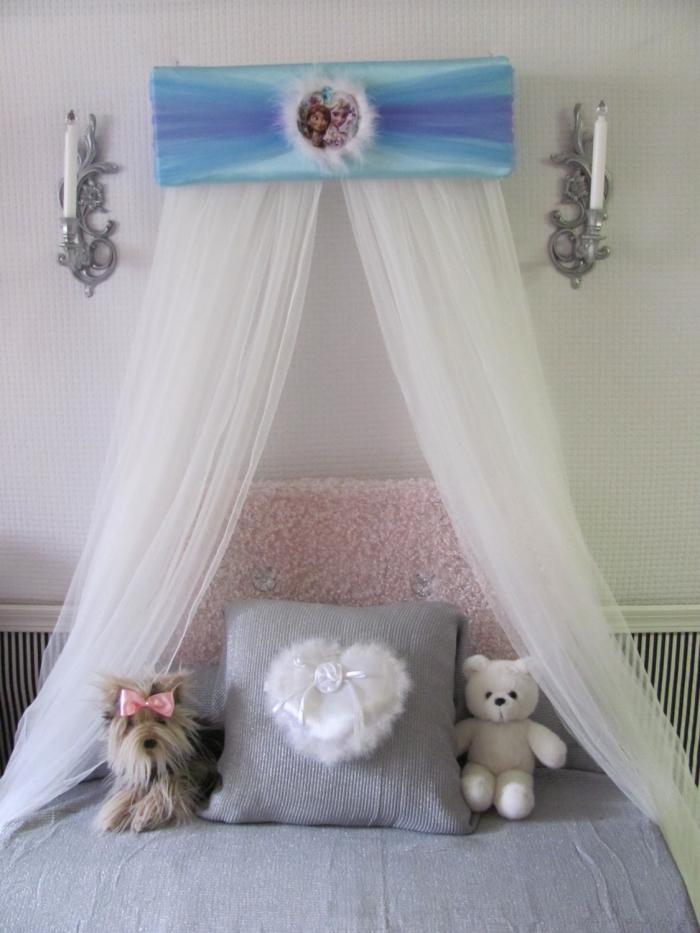 idee creation deco, petit lit à baldaquin avec cadre peint en bleu et dessin Elsa et Anna, aménagement chambre d'enfant