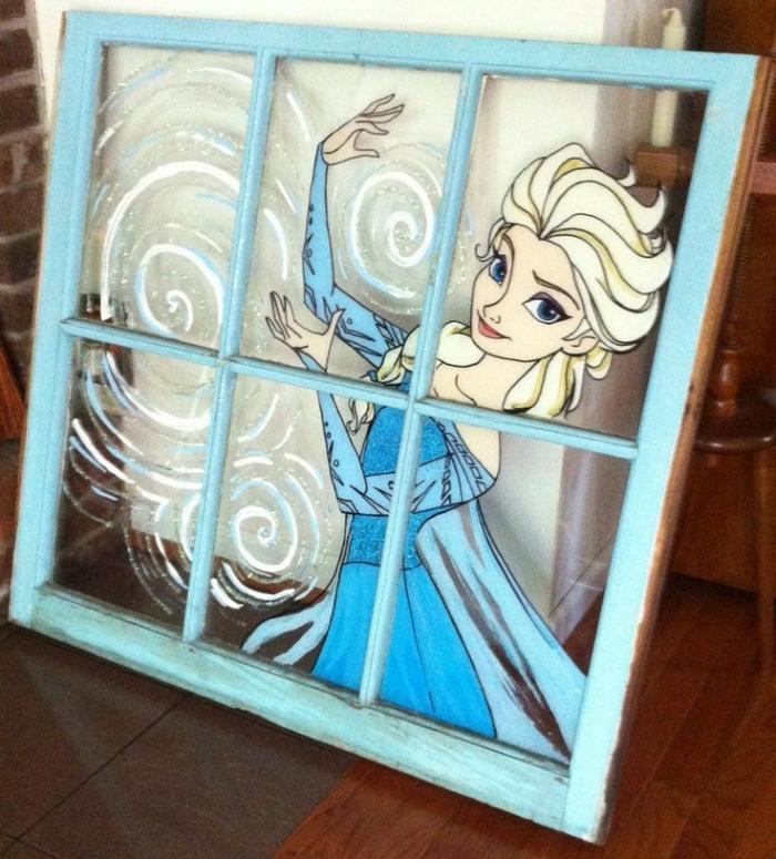 idee creation deco, fenêtre en bois et verre peint en bleu avec dessin acrylique Elsa, déco chambre enfant à design Frozen