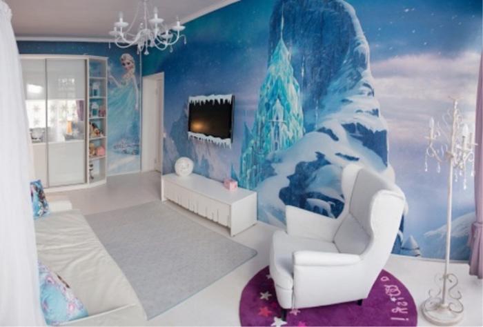 stickers reine des neiges, garde-robe blanche en bois et verre, tapis rectangulaire en gris, coussins décoratifs à design Frozen