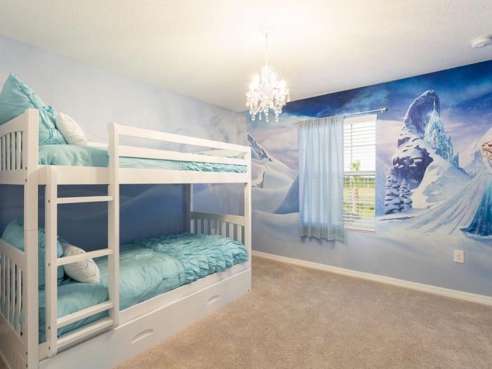 deco chambre fille, lit mezannine avec cadre en bois peint blanc, lustre en cristaux blanc, rideaux mi-longs et bleu