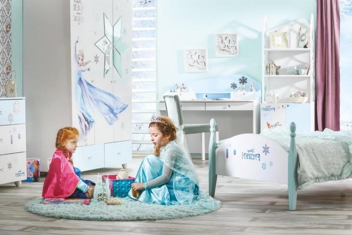meubles chambre d'enfant à design Frozen, pièce d'enfant aux murs bleu clair et revêtement de sol en bois