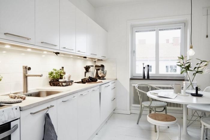 modele de cuisine, vases longue en noir et blanc, éclairage led sous meubles cuisine, placards cuisine en blanc