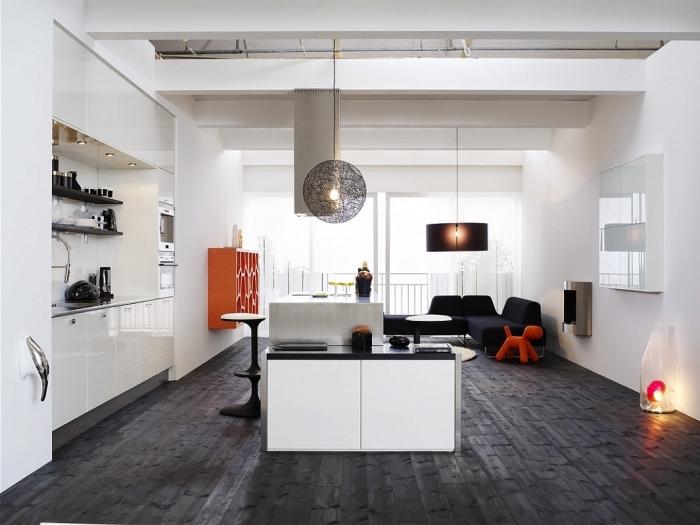 cuisine équipée, design de cuisine blanche et moderne aux murs blancs et plancher noir avec ilot central