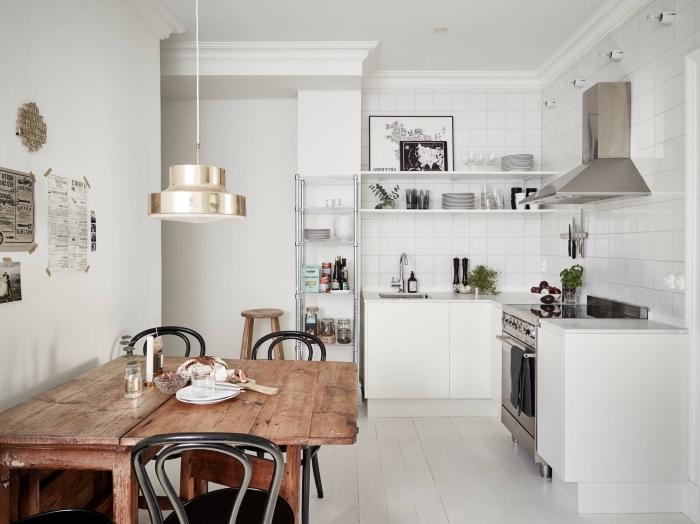 modele de cuisine, rangements de cuisine avec étagères horizontales en bois peintes en blanc